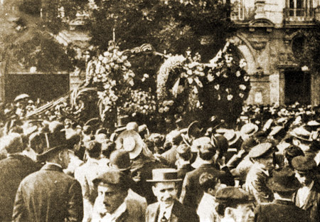 The Madrid Funeral of Chueca, outside the Teatro Apolo