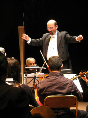 Carlos Aransay conducting in Lima